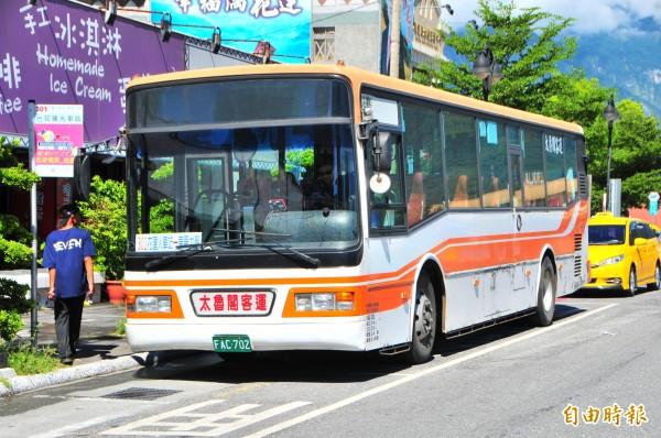 太魯閣客運301線租用的柴油巴士。(記者花孟璟攝)