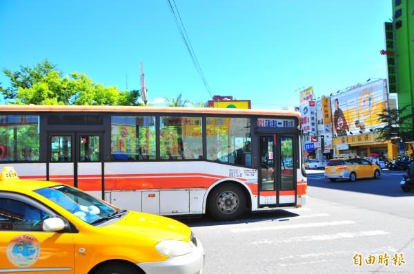 太魯閣客運301線(花蓮火車站↔東華大學),租用柴油舊型巴士營運,曾被批與縣府合約中綠能巴士的規定不符。(記者花孟璟攝)
