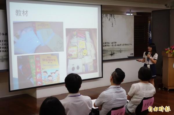 陳佩凰在泰國任教時,只能用同一本教材,沒有多媒體設備輔助,採原始板書、字卡上課,較為辛苦。(記者吳柏軒攝)