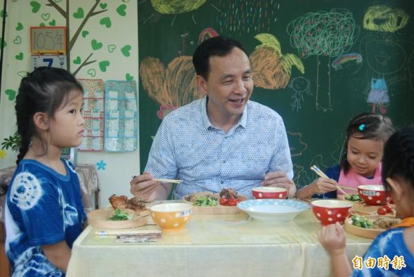 朱立倫與幼兒園小朋友共進營養午餐,享用新鮮美味的有機蔬菜。(記者張安蕎攝)