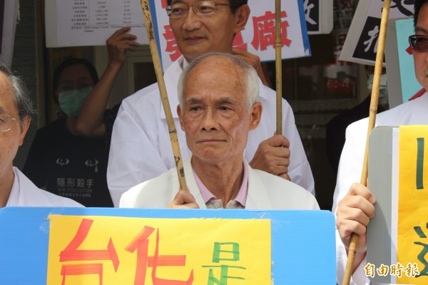 中醫師吳福枝行動爭取無燃煤空污的藍天。(記者張聰秋攝)