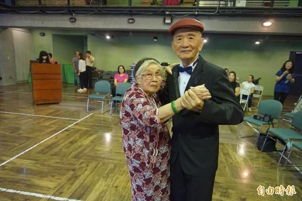 90歲的陳錫湖與92歲的林秀娟2人結婚70年,平時熱愛跳舞,今天來到記者會現場起舞,為「不老甘甜舞會」宣傳。(記者林敬倫攝)