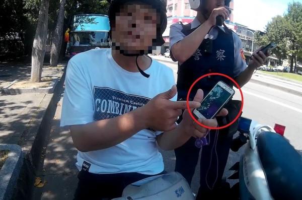 遭通緝的彭男忙著抓寶,卻因機車違規露餡,遭警方逮捕。(記者許國楨翻攝)