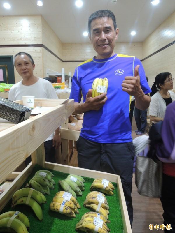 家住竹北的黃世煌,轉行回南投國姓老家接手香蕉園,並推廣無毒農法的觀念,完成父親的遺願,也讓客人吃得安心。(記者廖雪茹攝)