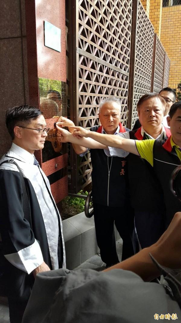 中華郵政工會按鈴申告(記者溫于德攝)