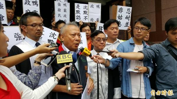 中華郵政工會提告前,先在法院門口表達訴求,發言者為中華郵政工會理事長鄭光明(記者溫于德攝)
