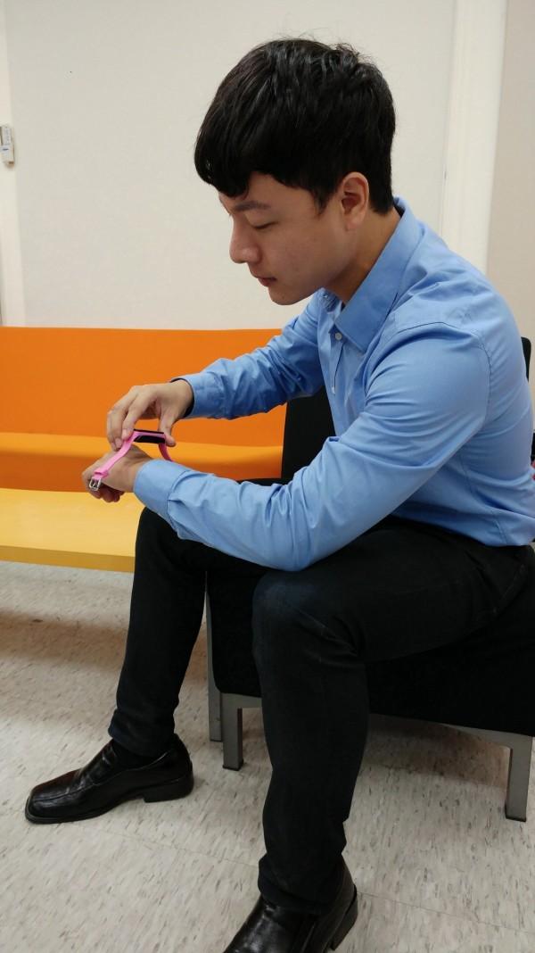 台北科技大學電子工程系特聘教授李仁貴將電子及資通訊技術,應用到醫療照護領域中,開發「醫療級」穿戴式裝置,可以測量心跳、血壓、睡眠品質,預測猝死風險。(北科大提供)