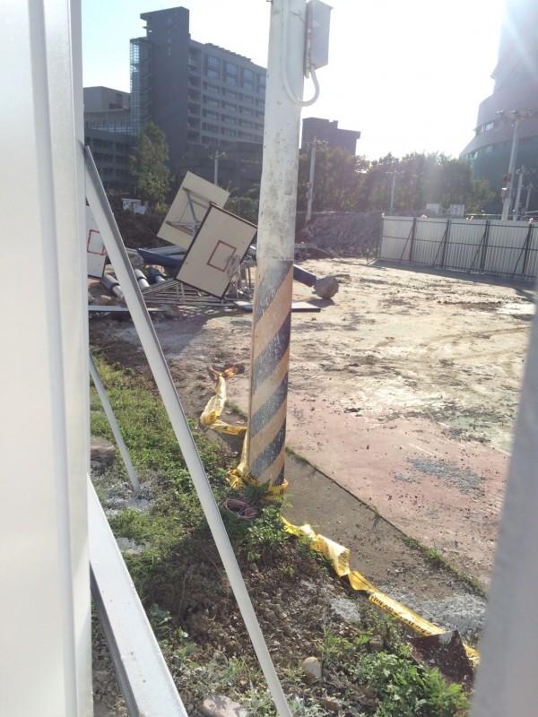 配合世大運足球場看台新建工程,輔仁大學貴子球場籃球場封閉施工。(民眾提供)