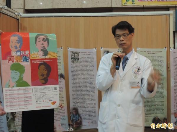 虎尾若瑟醫院院長李聰明提醒流感疫苗已開打,符合資格的民眾及年長者務必儘早施打。(記者廖淑玲攝)