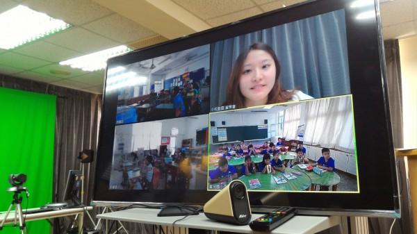 遠傳志工,透過直播教學,教導孩子們網路安全。(遠傳電信提供)