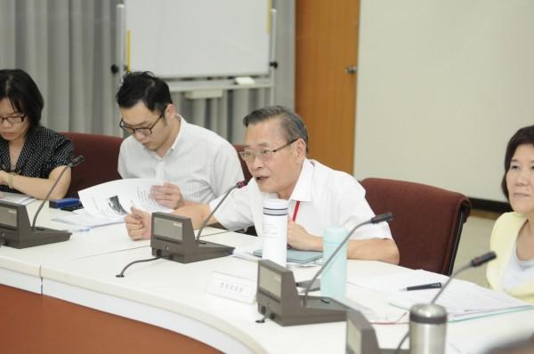 衛福部今天在「與公民團體進行食安溝通及資訊交流第3次會議」提出希望禁用巴拉刈,但農委會防檢局局長黃㯖昌(右2)表態反對。(農委會提供)