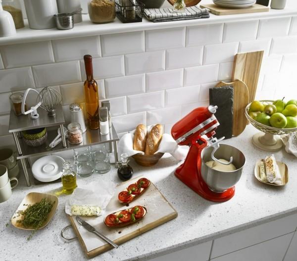 特力集團拿下KitchenAid品牌代理後,將經典的抬頭式桌上型攪拌機保固期從1年延長至5年,全力搶攻廚電市場(圖由特力提供)