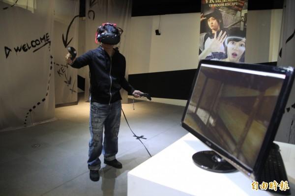 這次展覽也推出讓民眾感受VR虛擬實境、AR擴增實境外,並將展出全台首創結合VR的密室逃脫遊戲,民眾可至現場報名免費體驗,讓虛擬實境猶如身歷其境。(記者鍾泓良攝)