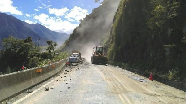 台21線新中橫公路邊坡土石崩落,工務段緊急派員搶修。(記者劉濱銓翻攝)