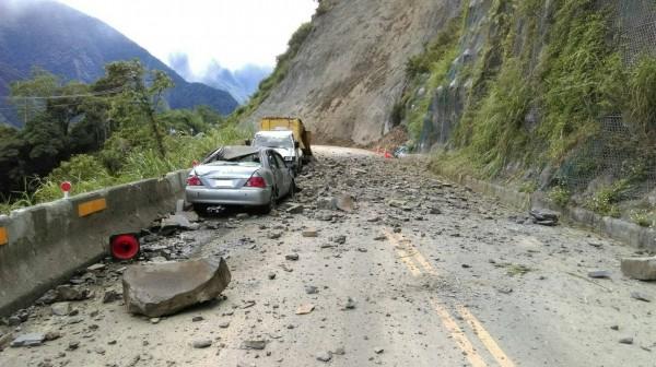 台21線新中橫公路115.5公里處,邊坡土石無預警崩落,造成車輛損傷,以及1名駕駛輕傷。(記者劉濱銓翻攝)
