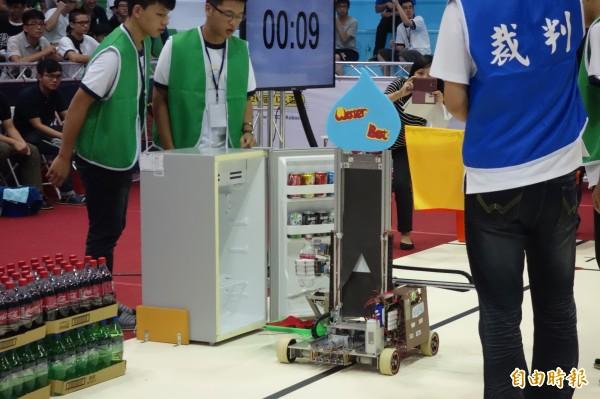 第20屆TDK盃機器人競賽登場,由各大專校院學生設計機器人同場經競技,今年主題是「水男孩機器人」,考驗機器人開冰箱、拿瓶子、倒水,端杯技術。(記者吳柏軒攝)