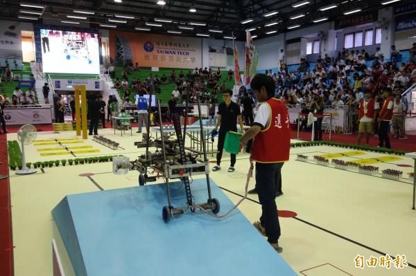 學生設計的機器人,除了開冰箱拿水,還要過斜坡,考驗各種技術與設計。(記者吳柏軒攝)