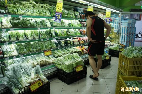 政府為平抑菜價,進口冷凍蔬菜卻只投入連鎖大賣場,忽略傳統市場,遭到台北市議員砲轟。(記者黃建豪攝)