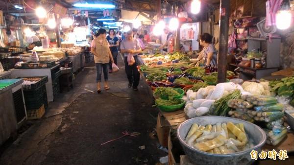 傳統市場菜價居高不下,使得攤家生意大受打擊。(記者黃建豪攝)