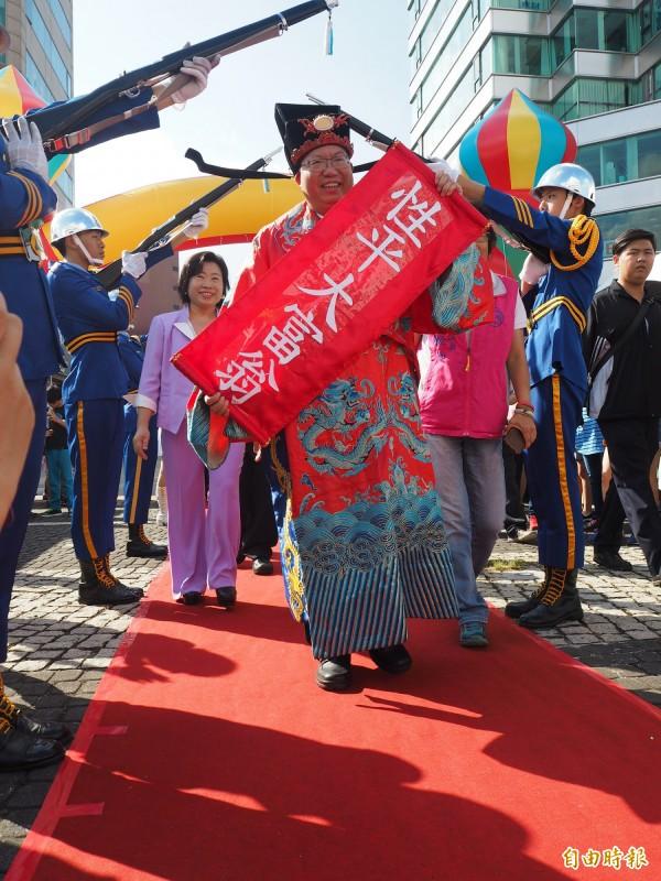 市長鄭文燦扮成財神爺,宣示以「性別友善、性別平權、母性保護、培養女力」四大政策推展性別平等。(記者陳昀攝)