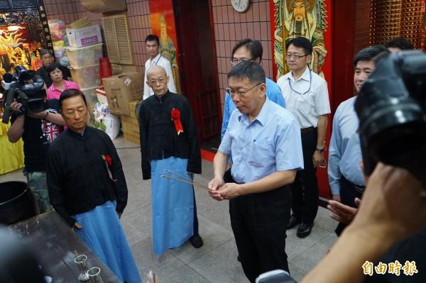 台北市長柯文哲上三柱香,默禱一分鐘左右後迅速完成儀式。(記者張凱翔攝)