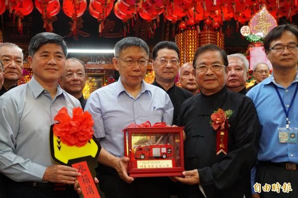 台灣省城隍廟捐北市府消防局一輛300萬元的水箱車,董事長詹鈴權致詞表示柯市府做得不錯,但缺宣傳。(記者張凱翔攝)