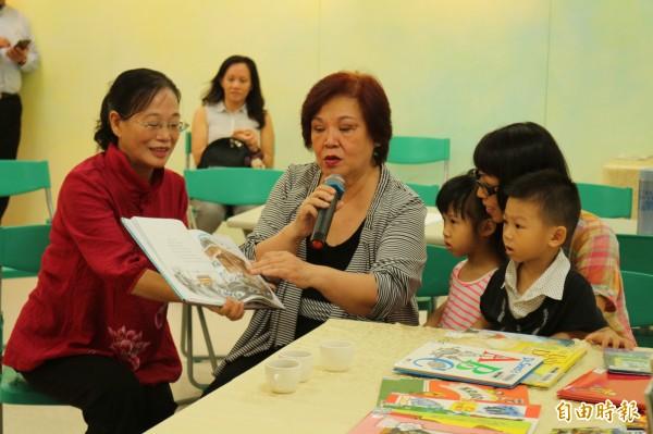 陳蓓蓓(左2)講繪本故事給小朋友聽。(記者詹士弘攝)