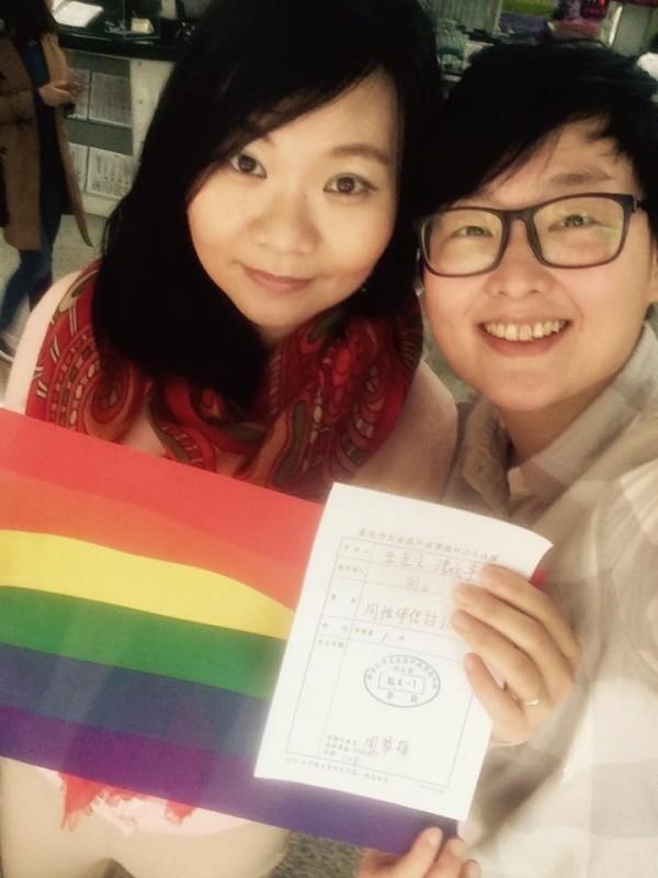 宜文(右)與婉寧在北市開放同性伴侶註記後,第一時間就跑去申請,兩人歡喜關係多了連結與保障,但更期盼同性婚姻合法化,讓同志享有被剝奪的結婚權。(宜文提供)