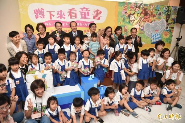 【蹲下來看童書】,邀請到國內最懂孩子也最受歡迎的童書作家賴馬、唐唐、崔永嬿、黃郁欽及陶樂蒂等五人共同參展。(記者張忠義攝)