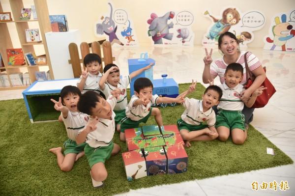【蹲下來看童書】除了欣賞畫作,還可以一起玩耍。(記者張忠義攝)