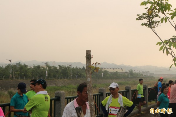 斗六早上的空氣品質不良,灰蒙蒙的一片。(記者詹士弘攝)
