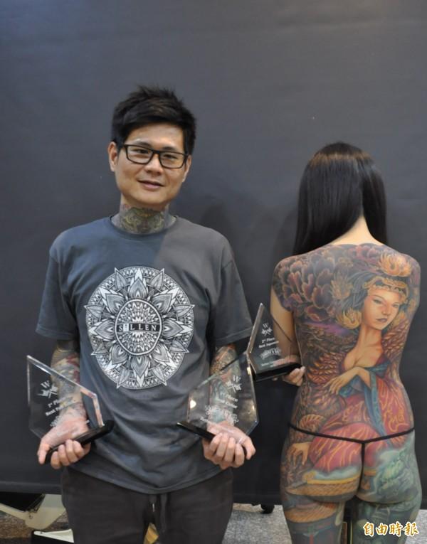 曾昱傑(左)說,這次作品為呈現陰暗、飽和色彩,重複疊色多次,讚蔡佩君(右)很耐痛。(記者王善嬿攝)