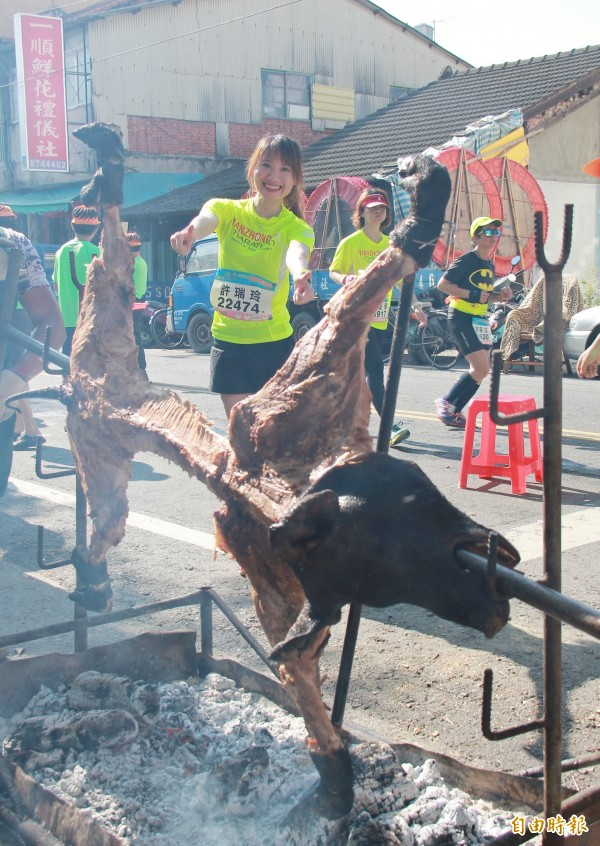 田中馬拉松沿路上美食源源不斷提供,形成最特有的加油方式。