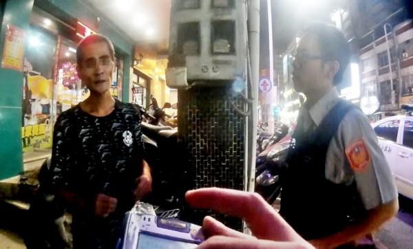 李男(左)嗑藥到茫竟向員警自首,還帶警方進屋取毒。(記者黃良傑翻攝)