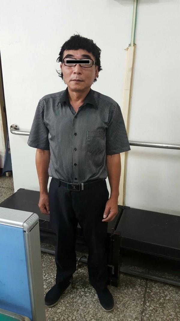 黃男戴假髮與黑框大眼鏡,與「志村健」相似度極高。(記者張瑞楨翻攝)