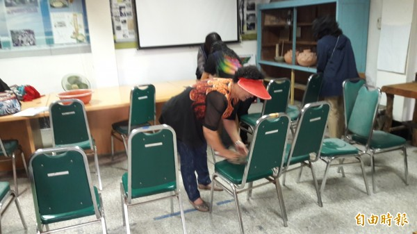 台東大學樂齡班學員今天到南島社大打掃。(記者黃明堂攝)