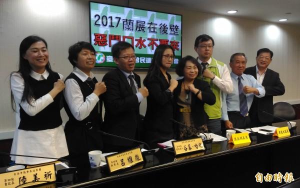 台南市農業局長與民進黨團召開記者會,宣布2017年蘭展將續留後壁舉辦。(記者蔡文居攝)