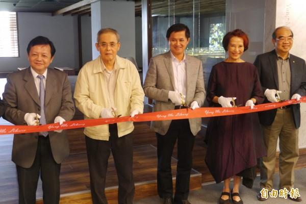 東華大學打造「楊牧書房」,今日在圖書館舉行啟用典禮,詩人楊牧(左二)也親自出席剪綵活動。(記者王峻祺攝)