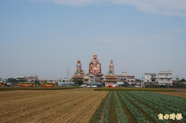 溪口鄉柴林村開元殿3尊神像是當地地標。(記者曾迺強攝)
