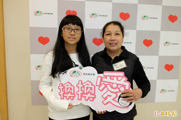 謝媽媽與女兒謝幸慈,呼籲大家發揮愛心,讓愛與善可以持續循環擴大。(記者陳炳宏攝)