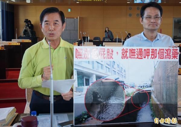 市議員吳敏濟(左)質疑政策相互矛盾,政府「嘸那個屁股,就嘜吃那個瀉藥」。(記者黃鐘山攝)