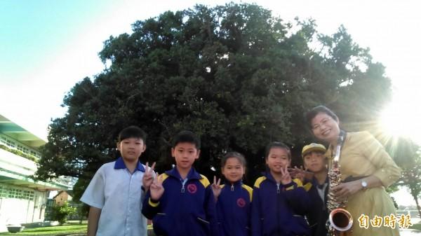 三條國小校長林淑貞(右)每日都吹奏薩克斯風迎接學生上學。(記者陳冠備翻攝)