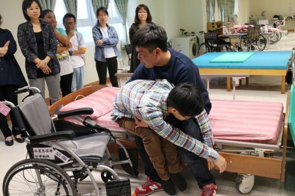推動3不服務模式,屏縣府與機構也舉辦自立支援照顧體驗營。(圖由屏東基督教醫院提供)