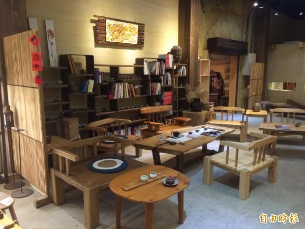 「水顏木房」推廣常民美學,製作具台灣味的特色常民家具。(記者李容萍攝)