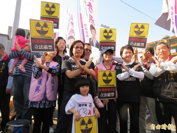 立委盧秀燕與市議員朱暖英連署反對日本核災食品進口台灣。(記者蘇金鳳攝)