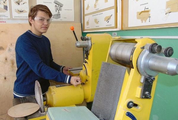俄國有一名青少年突發奇想,做出一種「涼鞋滑鼠」,給沒有雙手的人使用。(圖截自 Galina Sokolova)