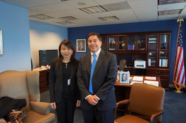 NCC委員陳憶寧(左)拜會美國聯邦通訊傳播委員會(FCC)共和黨籍委員Michael O'Rielly(右),就強化台美雙方監理經驗進行意見交流。(NCC提供)