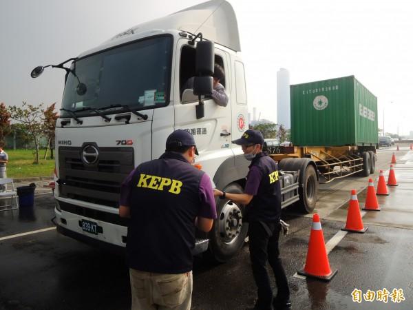 高雄市環保局抽測高雄港貨櫃車排煙。(記者黃旭磊攝)