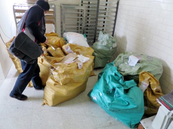 消保官至常誠公司稽查,發現退貨商品數量龐大。(台中市政府提供)
