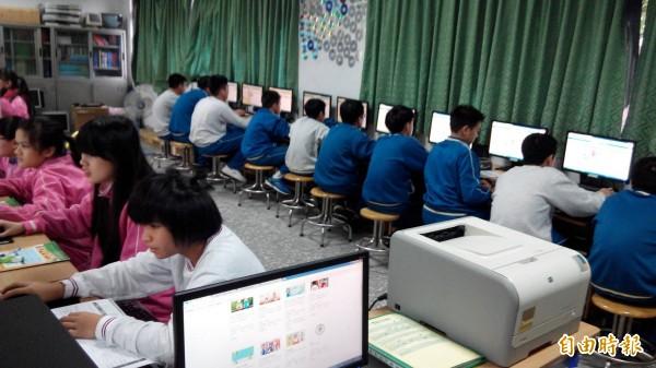 基隆市信義國中目前已全面在各班資訊課程中,帶進一小時玩程式的課程,希望開啟學生對程式設計的興趣。(記者俞肇福攝)